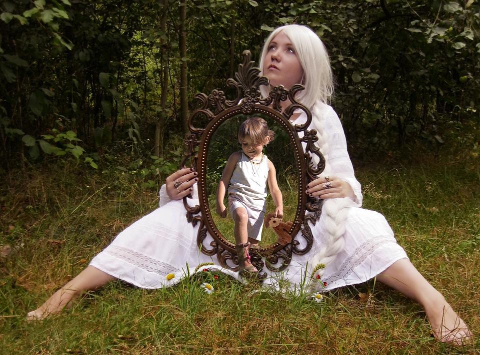 Zrkadlo odrážajúce náš život.
