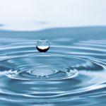 Kvapka vody nad hladinou