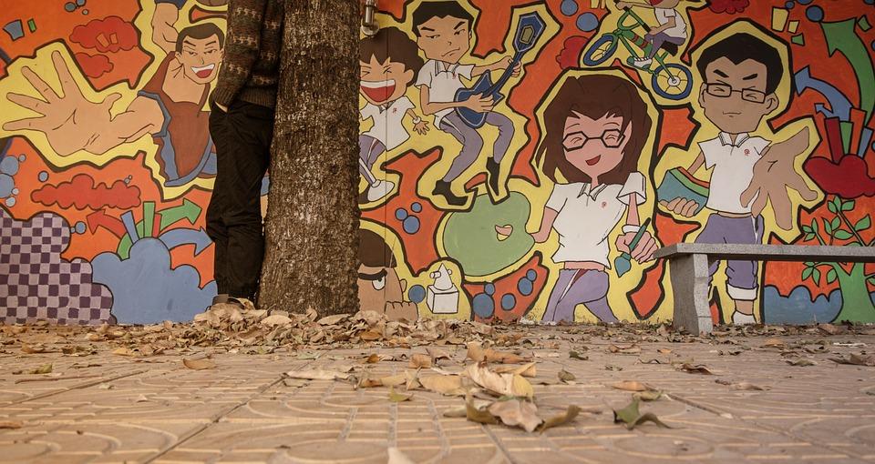 Graffiti na stene pri chodníku