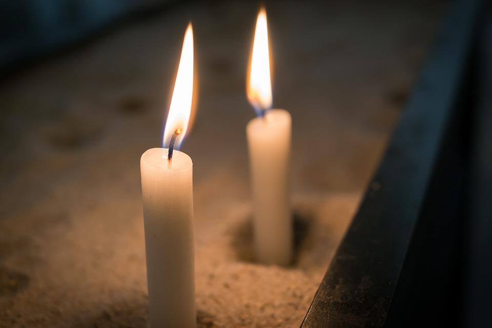 Plamene horiacych sviečok