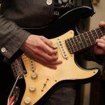 Rocker hrajúci na elektronickú gitaru