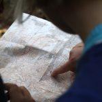 Prstom na mape