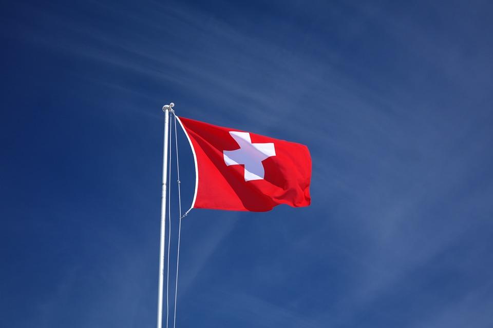 Švajčiarska zástava na žrdi.